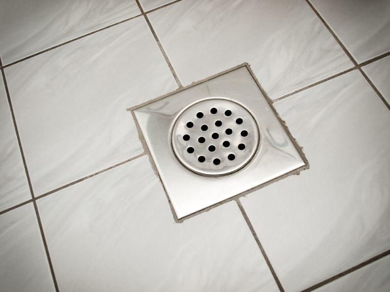 Ralo de banheiro entupido